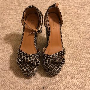 Black/white woven wedges